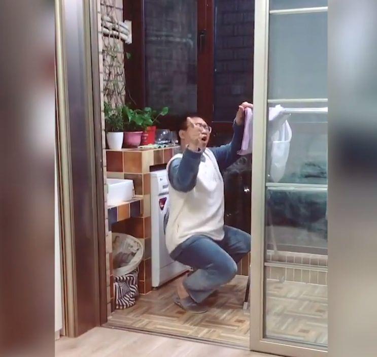 ▲欒寧跳舞時被妻子拍下。(視頻截圖)