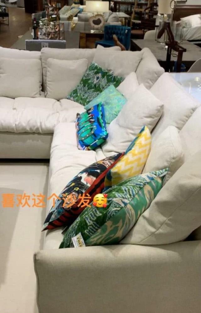 林峯女友张馨月外出选家具,疑似婚期将至正在装修新房中?