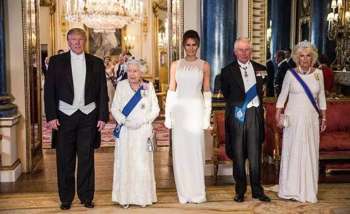 ▲2019年6月,美国总统特朗普夫妇访英,在白金汉宫出席国事晚宴,英国女王伊丽莎白二世及其他王室成员和政要出席。图/视觉中国