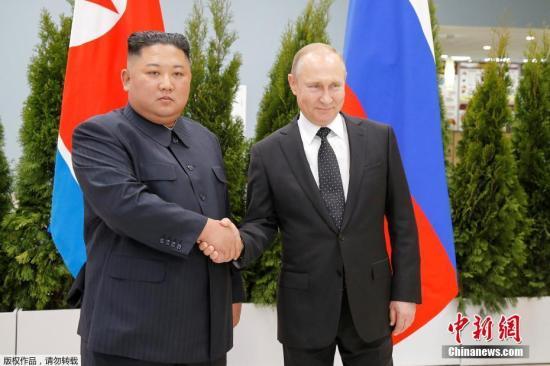 """资料图:当地时间2019年4月25日,朝鲜最高领导人金正恩和俄罗斯总统普京,在俄远东联邦大学首次会晤。双方在见面后,进行了握手致意,随后将举行""""一对一""""会谈。"""