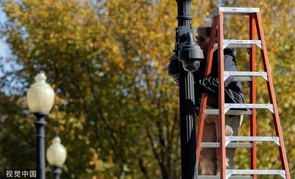 ▲2016年,美国华盛顿,工人在维修白宫附近的监控摄像头。