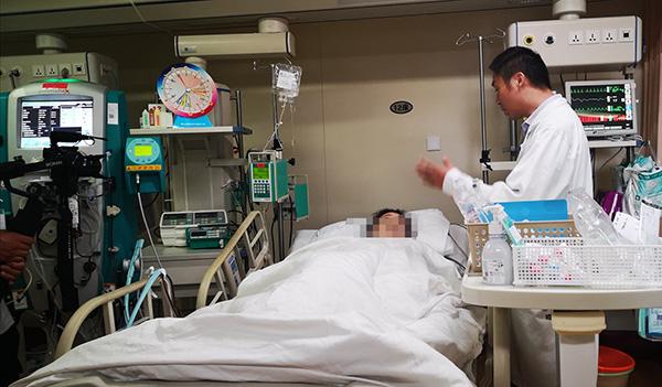 来自昆山的一名女患者7月8日经血浆置换后,目前依然 在浦东新区人民病院接收进一步医治中。 浦东新区人民病院 供图