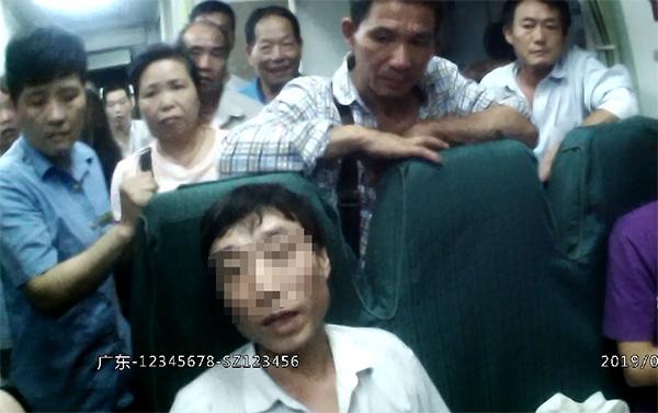 男子被乘警劝离后,居然又折返回来一屁股坐在座位上 本文图均为 长沙铁路公安处 供图