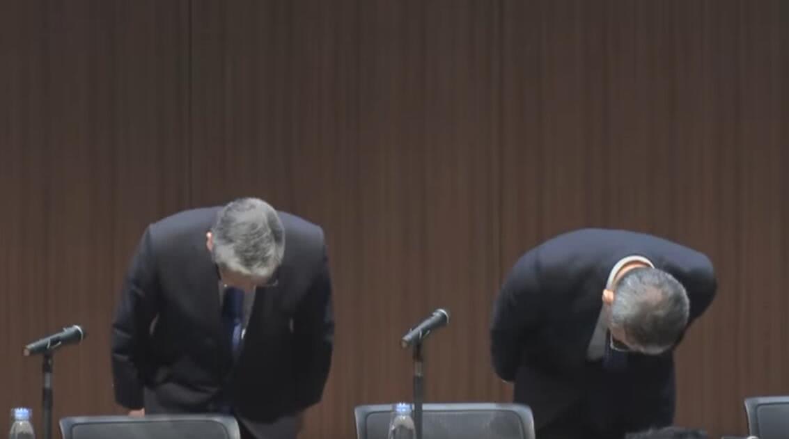 日本简保生命保险公司社长与日本邮政社长鞠躬道歉