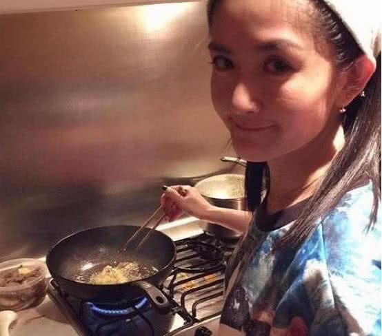看看谢娜的居家生活,平时在家最喜欢下厨,老公在客厅打游戏