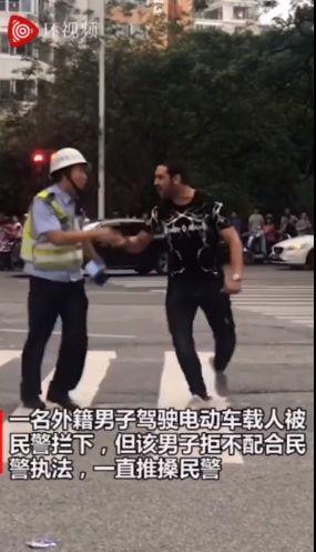 外籍男子违规载人还数次推搡交警 到底是谁给他的胆子