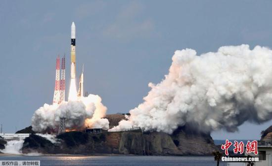 """资料图:""""隼鸟2号""""于2014年12月从位于鹿儿岛县的种子岛宇宙中心发射升空,之后3年半内绕太阳飞行约3周,2018年6月飞抵""""龙宫""""。图为2014年""""隼鸟2号""""在鹿儿岛升空。"""