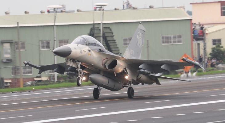 台空军一架IDF战机紧急迫降:起飞时发现爆胎