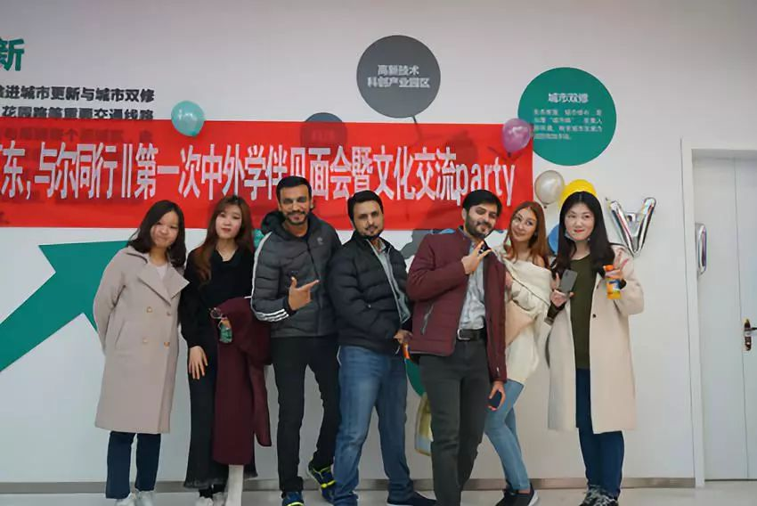 """2018年山大""""学伴""""参与现场 图片来自山大研究生会微信公众号"""