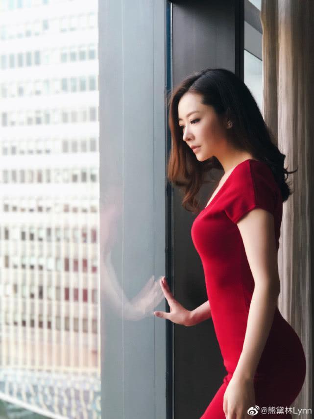 熊黛林晒近照摆迷人pose,身穿红裙秀好身材,平坦小腹太抢镜