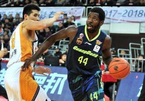 前广东外援晒合影,暗示加盟广州男篮,他能带广州进季后赛?