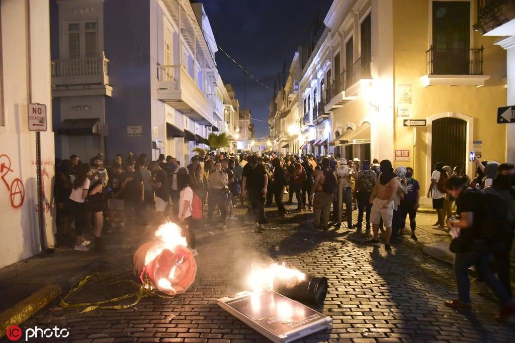 數千波多黎各民眾逼總督下臺 警察向人群扔催淚彈