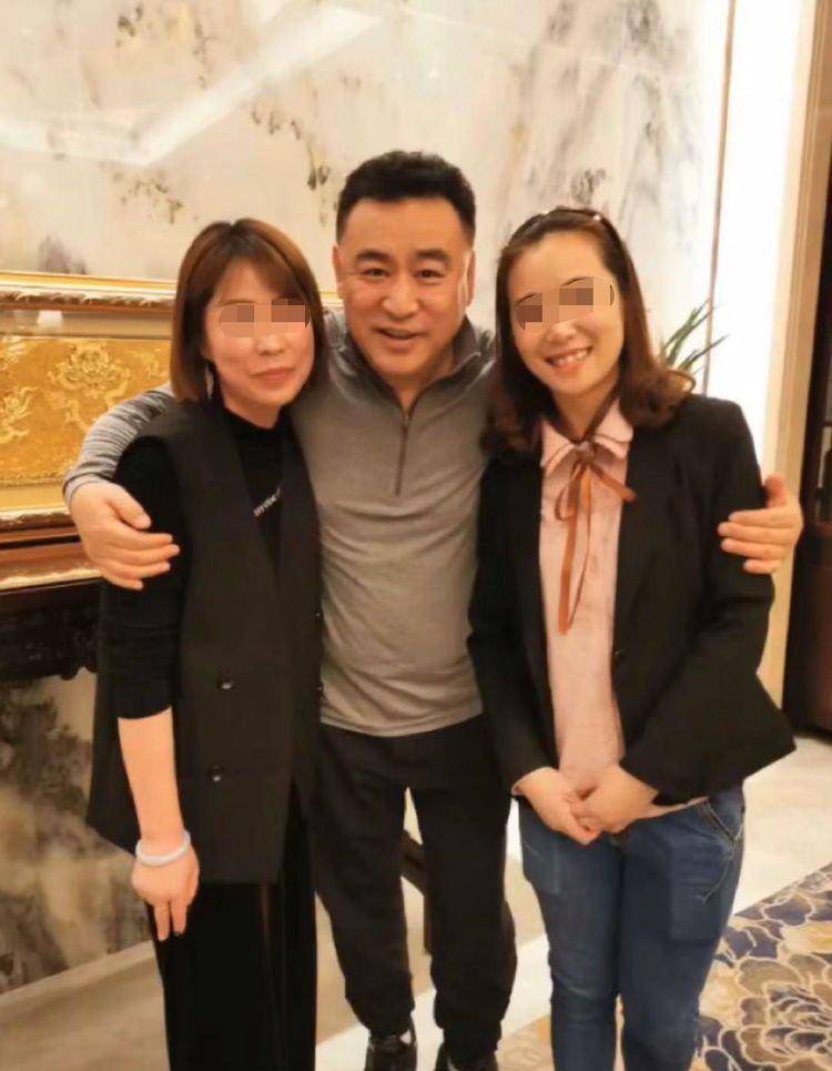 央视名嘴张宏民近照曝光,与女粉丝合照亲切,如今57岁依旧单身