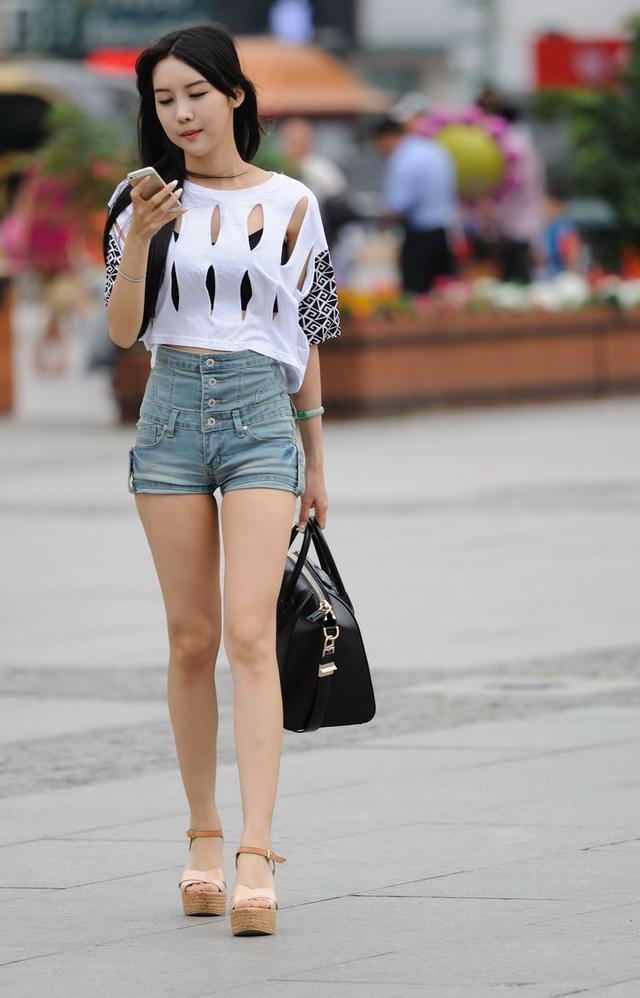 夏季这样的搭配,让你秒变美少女,女人味十足——白色体恤加牛仔