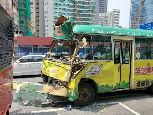 香港一巴士与一小巴相撞致10人伤 小巴车头损毁严重