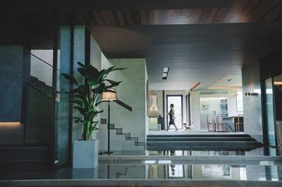影片中象征着贫富差距的豪宅,其市价约为1.18亿元人民币。