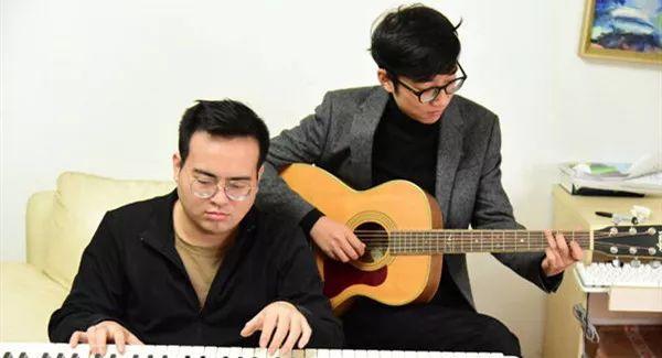 高至凡老师(左)和他的音乐老搭档徐聪。