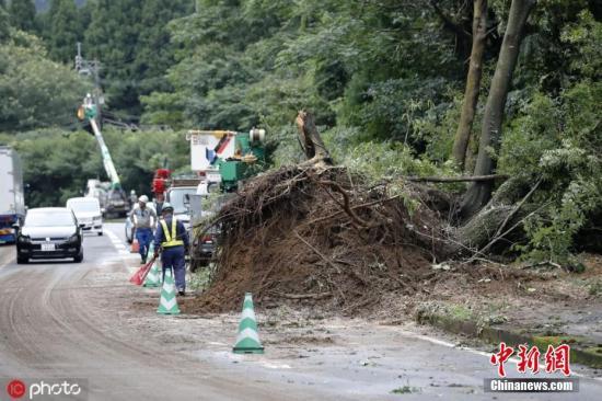 资料图:当地时间2019年7月4日,日本南部九州地区遭遇持续暴雨。图为鹿儿岛县曾于市当地暴雨引发山体滑坡。