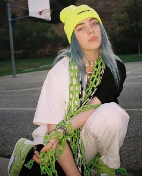 17岁天才音乐少女碧莉引发潮流,丧酷范穿搭超前卫,正版嘻哈风
