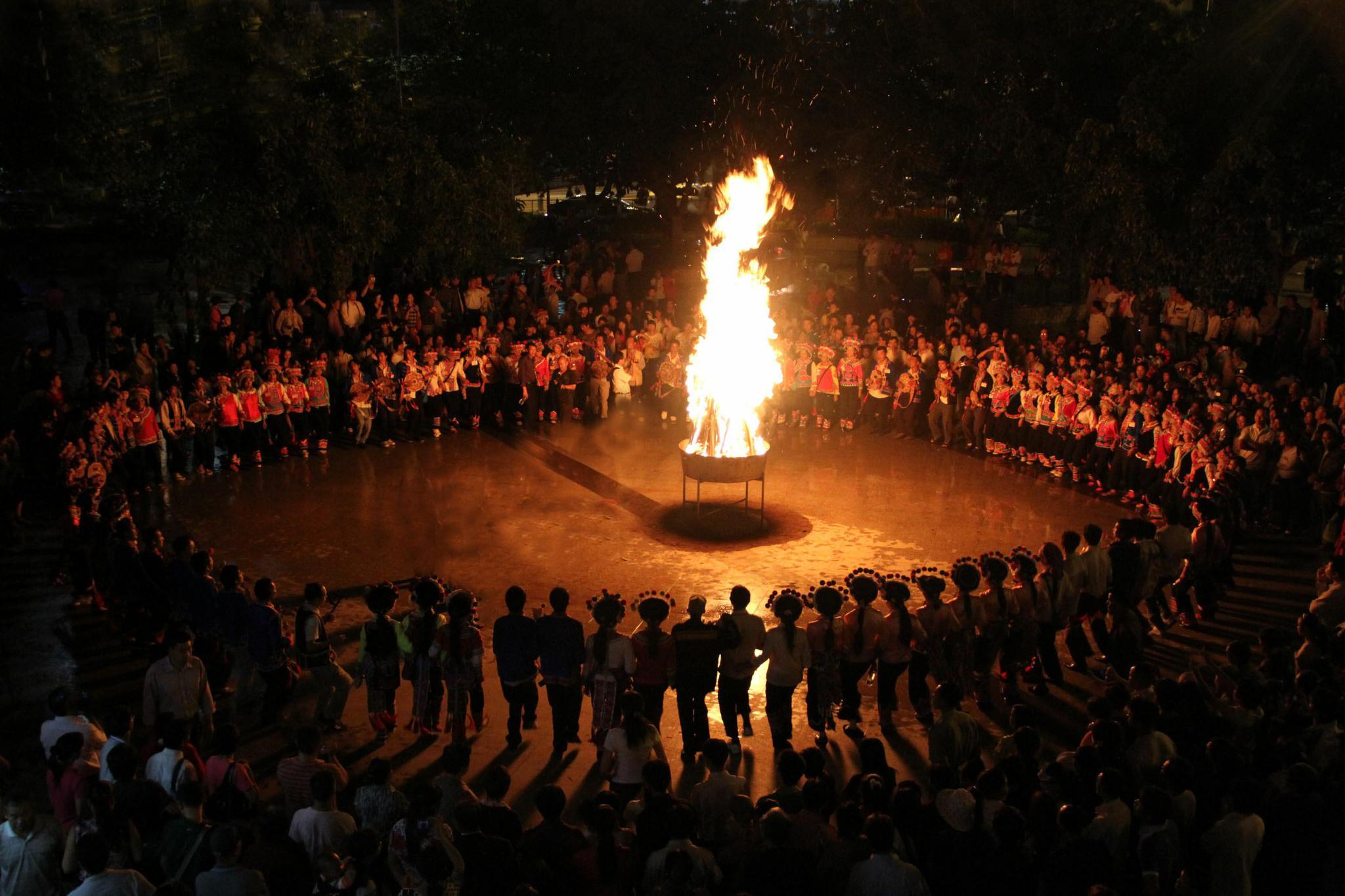 彝族的火把节_彝族火把节正逢大暑 有火便有了祝福|彝族_新浪新闻