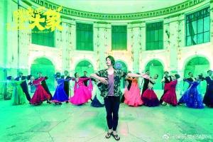 《跳舞吧!大象》中饰演毒舌导师 艾伦提前练舞