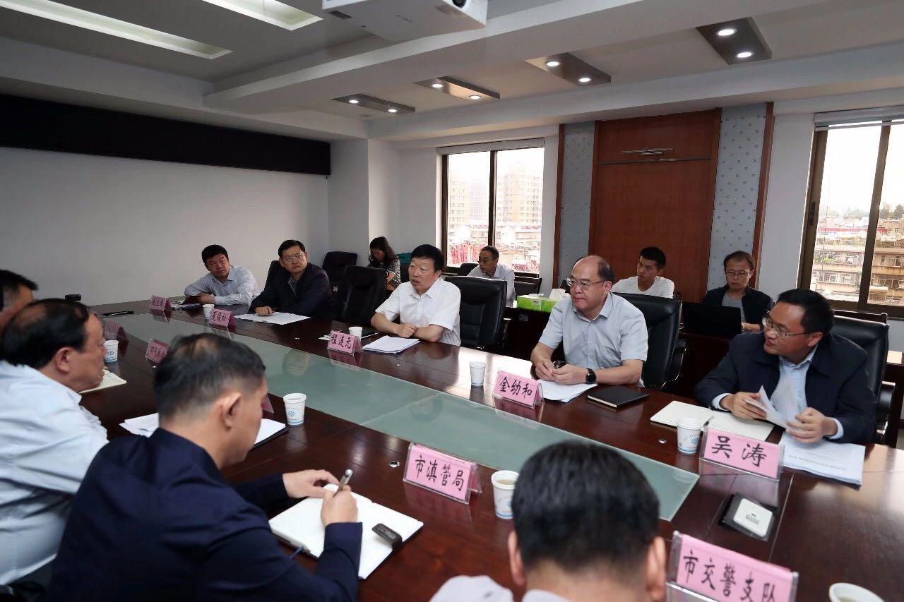 程连元调研城市防汛工作后召开会议。@昆明日报 图