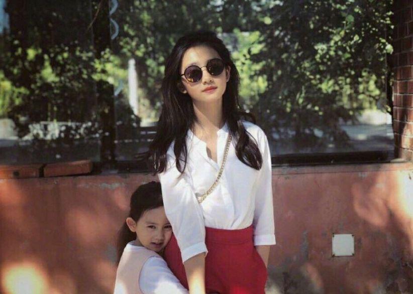 章子怡14岁继女很成熟!暑假非洲旅行,打扮比13岁多多更夸张