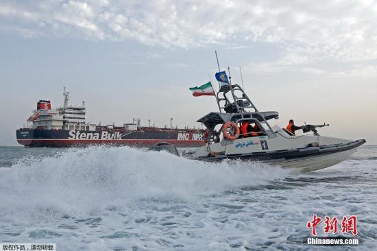 """当地时间7月21日,伊朗公布之前拘留收禁的吊挂英国国旗油轮的最新画面,并称""""油轮及所载全部海员都很保险,海员身材状况良好""""。"""
