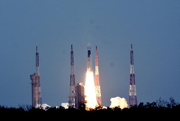 """7月22日,在印度安得拉邦的萨蒂什·达万航天中心,搭载""""月船2号""""月球探测器的GSLV MK-III运载火箭发射升空。 新华社 图"""