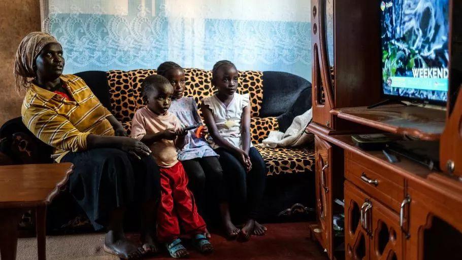 非洲人在家中看電視? 圖源:CNN