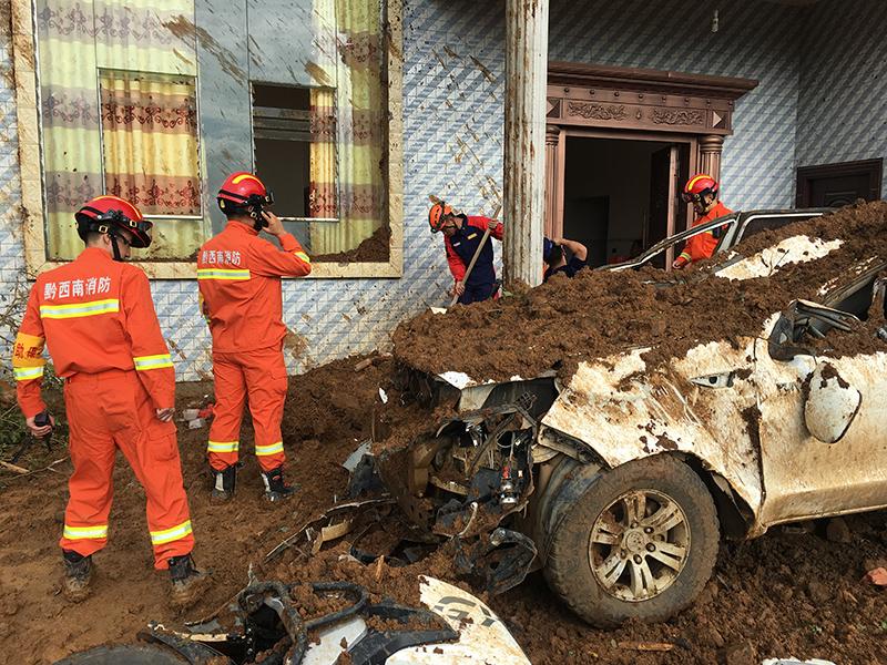 消防員現場實施救援。