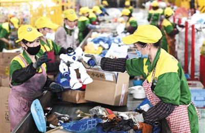 2019年7月8日,杭州余杭区的浙江虎哥环境拥有限公司分择尽仓,职工在流动水线上分择却回收渣滓。 图/视觉中国