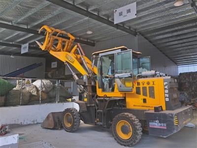 舞环科技分择中心内,正运用装载机挪运品。受访者供图