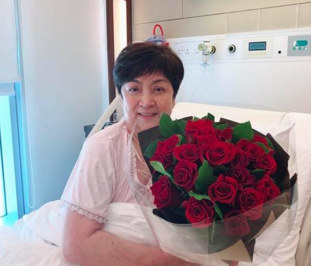 有望复合?82岁谢贤带红玫瑰探望前妻,造型破格打扮潮流