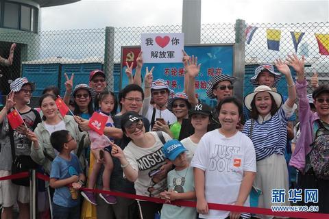 7月1日,参观军营的香港市民为驻港部队官兵点赞加油。 新华社发(原俊敏 摄)