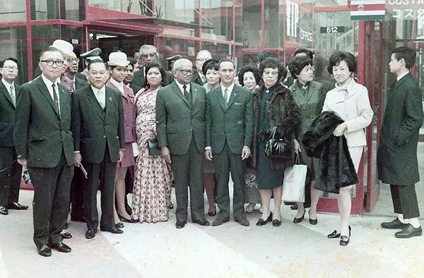 △朱梅麟(前排左二)进入毛里求斯政府,担任部长