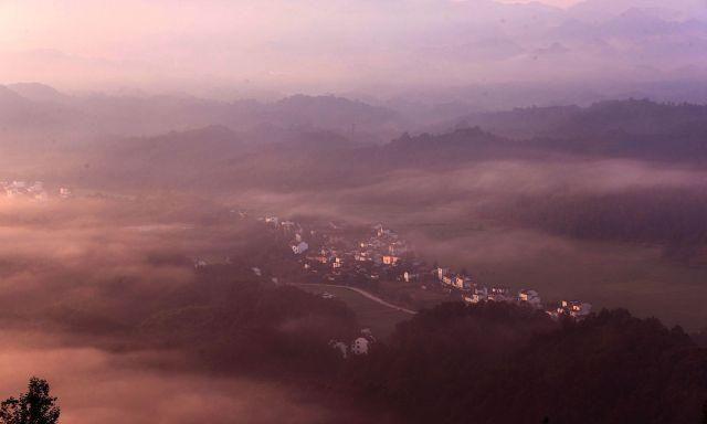 ?#19981;?#40644;山:齐云山出现日出云海景观