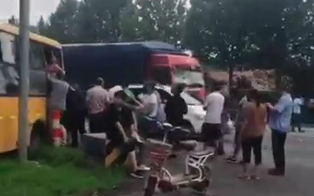 山东的一校车被货车追尾