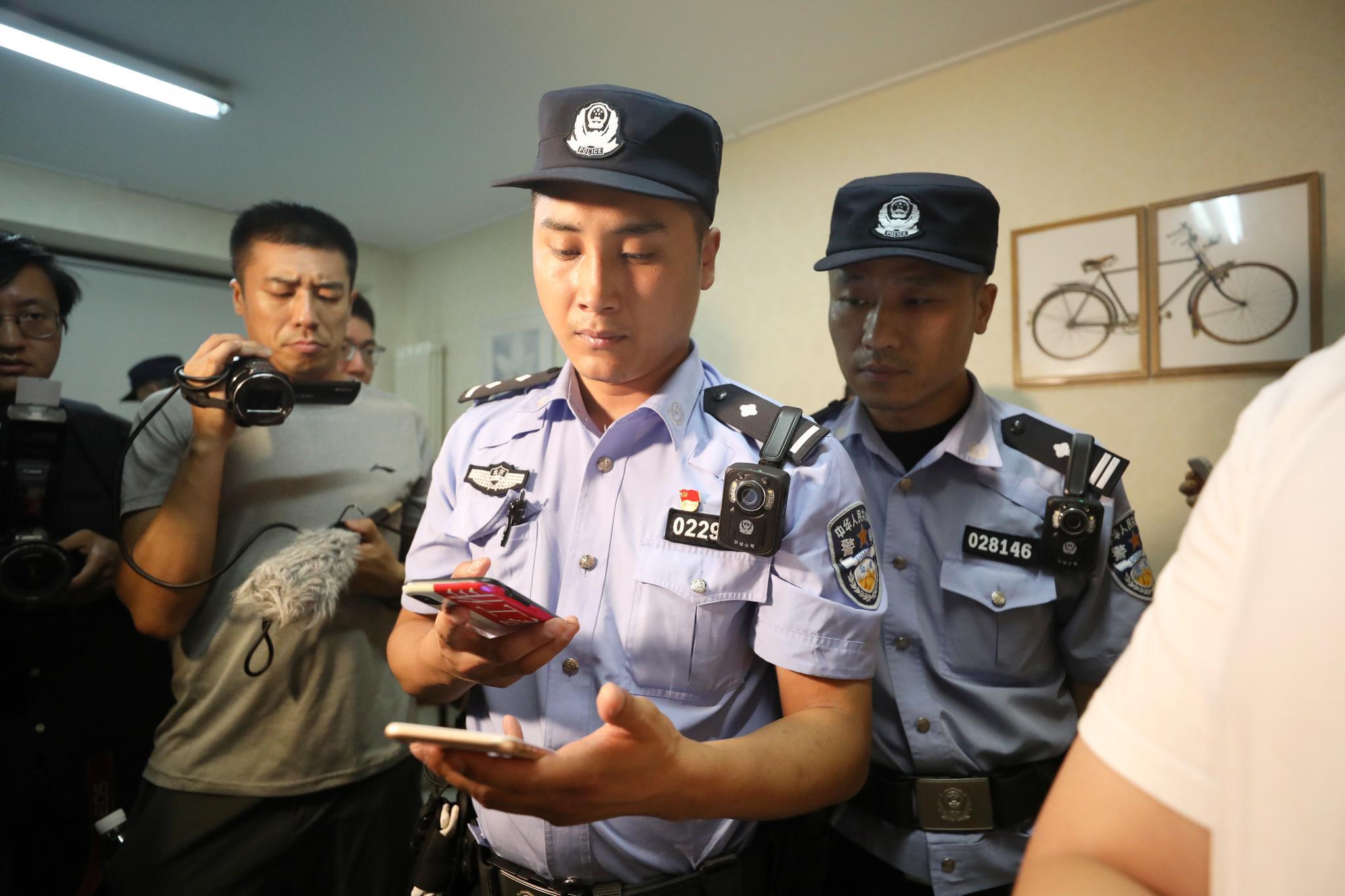 民警对住户信息进行核对。新京报记者 王飞 摄