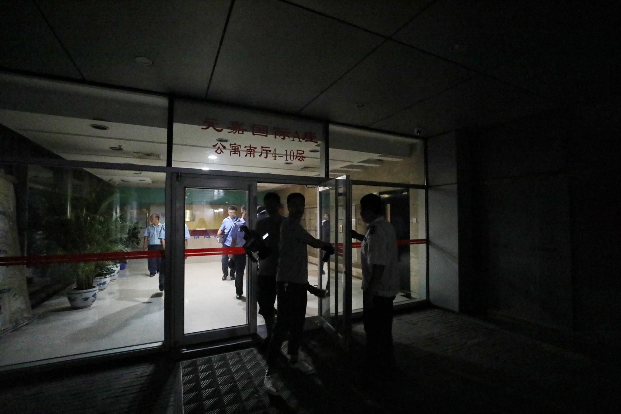 警方查处的公寓大门口。新京报记者王飞摄