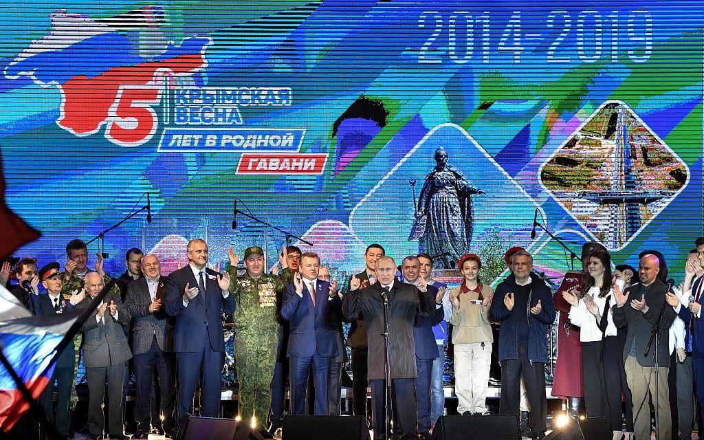 """当地时间3月18日,克里米亚辛菲罗波尔,克里米亚""""入俄""""五周年,俄罗斯总统?#31449;?#20013;)出席庆祝音乐会。图/视觉中国"""