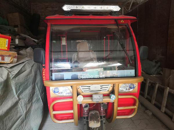 侯振林过世后,红色三轮车摆放在杂物间的一角。