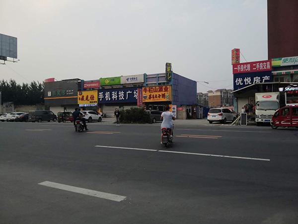 事发后,依旧有人在此横穿马路。