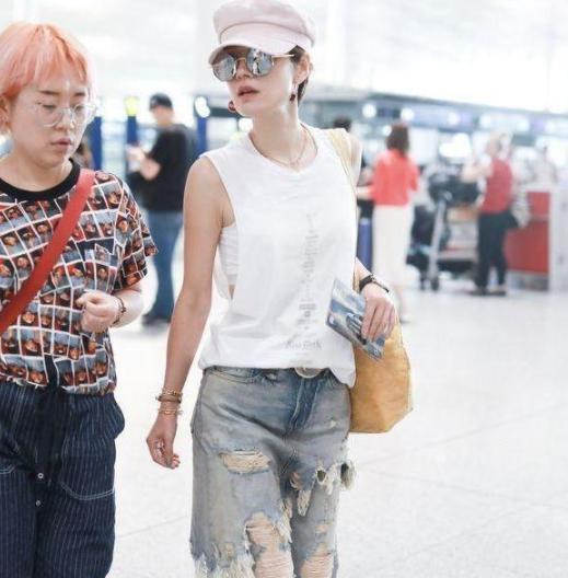 马伊琍打扮潮流现身机场,一起同行的人,怎么是朱亚文身边的她?