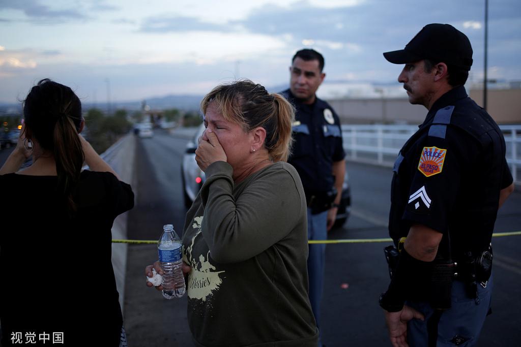 一名女子在得州枪击案现场哭泣。图源:视觉中国
