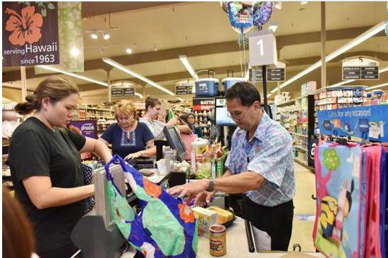 ▲原料图:在美国夏威夷檀香山,人们在超市购物。图片来自新华社。