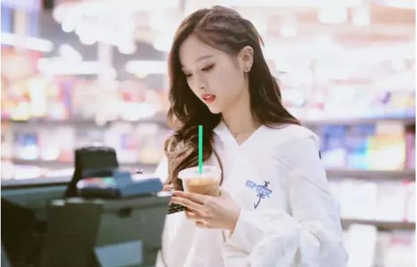 吴宣仪并非凹人设,孟美岐为她证实:她只喝奶茶不喝水