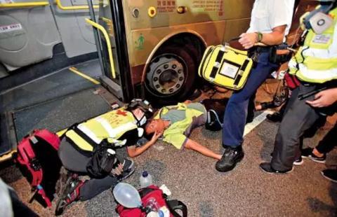 4日,有暴力示威者在将军澳、西环、铜锣湾等多个地区堵塞道路,瘫痪交通。有巴士车长在观塘道被人袭击受伤昏迷。(图源:大公报)