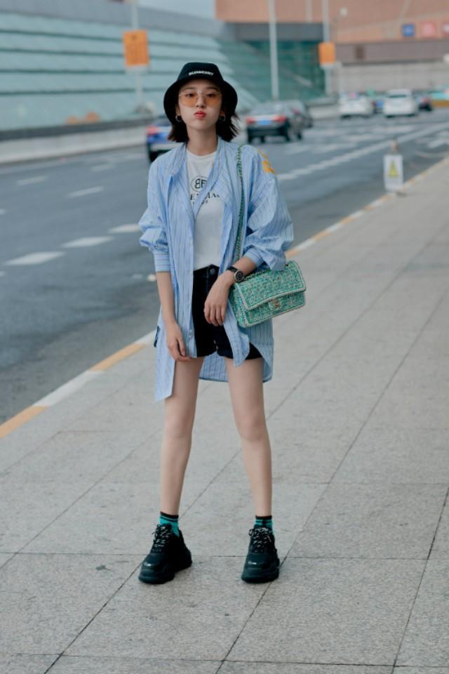 唐艺昕最新街拍,浅蓝色条纹衫搭黑色短裤,特别青春朝气!潮流范