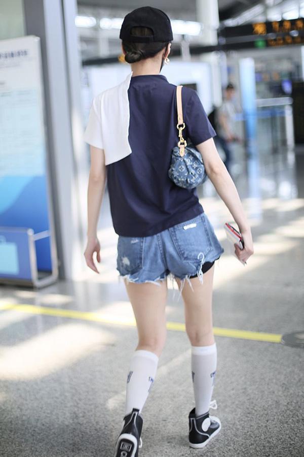 37岁张韶涵尽显潮流范儿,穿足球袜大方秀美腿,秒变时髦美少女